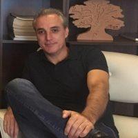 Grande homem é o que, no meio da multidão, conserva a independência da solidão - Mario Sérgio Cortella